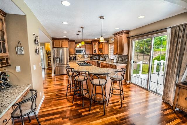 En ny indretning i træ i dit køkken vil gøre underværker